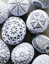 river rock wrapped in doilies.would make a great addition to any centerpiece you could get the rocks from the beach house and doilies from thrift stores or online. Easter Crochet, Crochet Art, Crochet Patterns, Thread Crochet, Crochet Stone, Yarn Bombing, Egg Art, Rock Crafts, Hippie Chic