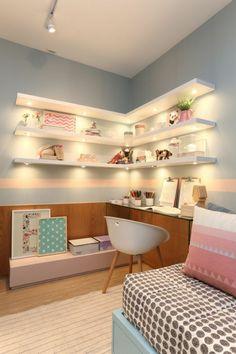 chambre design avec des étagères blanches illuminéees en dessous murs en bleu pastel et rose