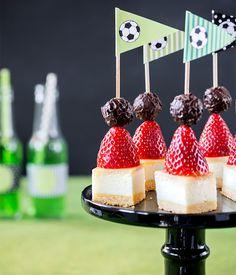 Mini-Kuchenspieße als Fußballkuchen mit Fähnchendeko