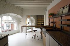 Inspired by the isle Salina, the kitchen Salinas, designed by Patricia Urquiola and produced by Boffi, is both practical and stylish. The secret is a combination of different materials, from the matt ceramic to the wood, from the black metal to the discoloured lava. It stands to reason that there is a functional female touch that combine an organized structure with a nostalgic beauty.