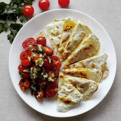 Quesadillas z kurczakiem na 350 kcal. 🇲🇽 B: 36g T: 8g W: 32g Bł: 3g ➖➖➖➖➖➖➖➖➖➖➖➖➖➖➖➖➖➖ 35 g mąki pszennej 4 g smalcu 15 g wody sól  Wodę podgrzać, rozpuścić w niej smalec, ostudzić. Dodać mąkę i zagnieść ciasto, owinąć folią spożywczą i odłożyć na pół godziny. Następnie podzielić na dwie części, rozwałkować na cieniutkie placki (u mnie około 18-20 cm) i wrzucić jeden placek na gorącą, suchą patelnię. Gdy pojawią się pęcherzyki powietrza, przewrócić na drugą stronę. Pokroić na trójkąty…