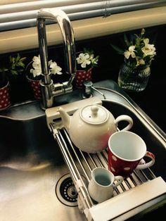 Escurridor de platos ajustable a la bacha de cocina.