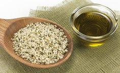 (Zentrum der Gesundheit) - Hanföl ist ein exquisites Öl mit köstlich nussigem Geschmack und dem besten Fettsäuremuster aller Speiseöle. Die lebenswichtigen Omega-3- und Omega-6-Fettsäuren liegen im Hanföl im optimalen Verhältnis von eins zu drei vor. Auch findet sich im Hanföl die seltene und entzündungshemmende Gamma-Linolen-Säure, so dass sich Hanföl nicht nur als Feinschmeckeröl, sondern genauso äusserlich zur Hautpflege eignet – ganz besonders bei Hautproblemen wie Neurodermitis oder…