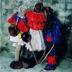 サハラ砂漠以南の西アフリカで、式典や儀式時にダンスを踊る際には欠かすことのできない異色な雰囲気を醸し出しているユニークな伝統衣装の紹介です。これらの地域でのダンスは、連帯のシンボルであり、出演者や...