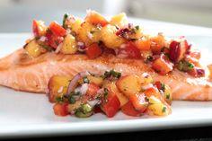 Rezept für eine fruchtige Nektarinen-Salsa, die ich hier zu einem gebraten Lachs zubereitet habe. Passt aber auch super zu Fleisch!