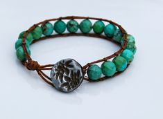 What a pretty button clasp.  Could this be made?  Nice tutorials for bracelets on this webpage.