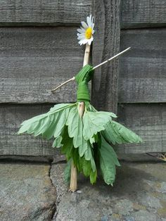 Nature doll. Thanks to Niki Willows for sharing. https://www.facebook.com/300653194725/photos/pcb.10152418851554726/10152418851379726/?type=1 Gloucestershire Resource Centre http://www.grcltd.org/scrapstore/