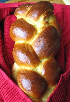 challah bread Classic Challah: I think Im going to have to try my hand at this. One of my favorite memories was when dad would bring fresh baked challah from the Jewish bakery in town, especially the challah with golden raisins. Baking Flour, Bread Baking, Challah Bread Recipes, Muffins, Bread Machine Recipes, Challah Recipe Bread Machine, King Arthur Flour, Smitten Kitchen, Brunch