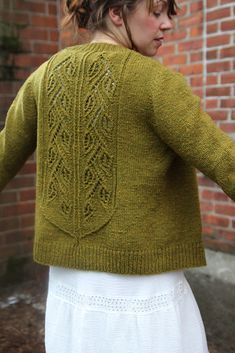 Ravelry: Greenbriar pattern by Thea Colman Cable Knitting, Free Knitting, Knitting Yarn, Cardigan Pattern, Knit Cardigan, Knitting Designs, Knitting Projects, Ravelry, Labor