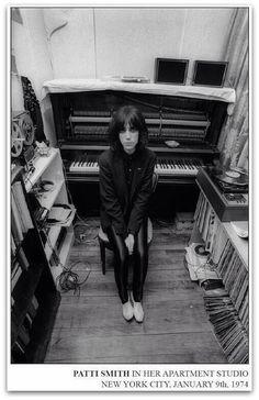 Красивая женщина Патти Смит сидит перед пианино