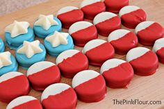 Chocolate-Dipped Oreo American Flag: Red, white, and blue candy melts transform Oreos into patriotic treats. 4th Of July Celebration, 4th Of July Party, Fourth Of July, Dipped Oreos, Chocolate Dipped, Chocolate Hazelnut, Blue Chocolate, Holiday Treats, Holiday Recipes