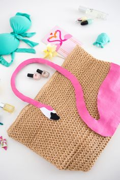 Summer 2016 is all about the flamingo squad - get ready to sport this summer's must have trend with a DIY flamingo pool tote.
