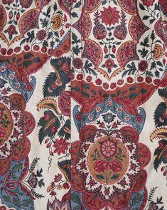 Wentke of winke, een lange vrouwenjas, gedragen in Hindeloopen. Sitstechniek op katoen, India Coromandelkust. Gevoerd met wit katoen. symmetrisch opgebouwd patroon, verwant aan zogenaamde kantpatronen op zijde uit de vroeg dertiger jaren van de 18de eeuw. geschilderd in verschillende tinten rood, paars blauw oranje geel en groen op wit fond. 1725-1750 #Friesland #Hindeloopen