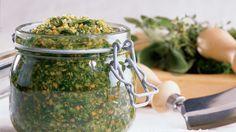 Les herbes salées font des merveilles dans les plats mijotés, les soupes, les marinades et les salades. Elles se conservent plusieurs mois, rangées dans une armoire. Homestead Gardens, Nutrition, Canning Recipes, Chutney, How To Dry Basil, Pesto, Cooking Tips, Healthy Eating, Vegetarian