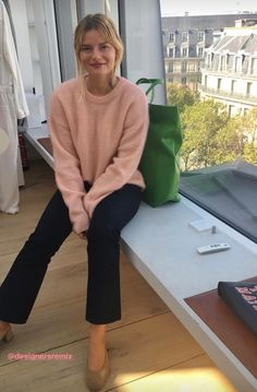 Fashion 2020 pink knit + black flared jeans Do You Show Your Love To Your Child? Fashion 2020, Paris Fashion, Love Fashion, Jeans Fashion, French Girl Style, French Chic, French Girls, Jeanne Damas, Mein Style