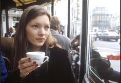 young Kate Moss having coffee // 90s style icons // iconic women // fashion idols // fresh faced brunette girl