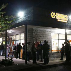 Na cidade de Portland,no Oregon, alguns clientes esperam na frente da Shango Premium Cannabis, uma loja especializada na venda de maconha