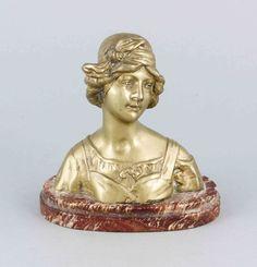 Anonymer Bildhauer um 1900, Damenbüste, Messing auf roter, oblonger Marmorplinthe,rückseitig unles — Skulpturen, Plastiken, Installationen, Bronzen, Relief