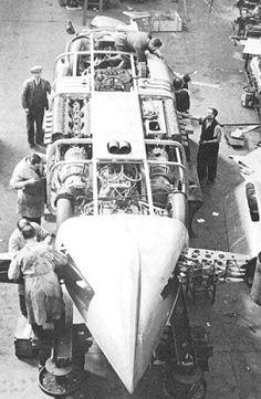 A la fin des années 1930, la compétition fait rage entre deux pilotes et deux voitures pour le record de vitesse terrestre : la Railton Special d'une part et la Thunderbolt d'autre part. Les deux équipes sont anglaises et se livrent un combat féroce sur le lac salé de Bonneville. Partons à la rencontre de la plus véloce d'entre-elles : la Thunderbolt.