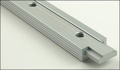 T-Track Sliding Insert t-tract connection The post T-Track Sliding Insert appeared first on Woodworking Diy. Woodworking Table Saw, Woodworking Workshop, Woodworking Jigs, Woodworking Projects, Scie Diy, Home Decor Hooks, Best Circular Saw, T Track, Diy Table Saw