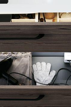 Få strømmen der du trenger den! Bak enhver fasade kan det skjule seg høy funksjonalitet. Med integrert stikkontakt i baderomsmøblene kan du flytte hårføneren, barbermaskinen og den elektriske tannbørsten ned i en skuff eller inn i et skap. Baderomsinnredningen er fra Dansani. Les mer om smart oppbevaring på bademiljo.no! #baderom #oppbevaring Porch Entry, Gallery Frames, Rattan Basket, Cozy Blankets, Common Area, Home Look, Built Ins, Picture Frames, Classic Style