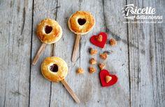 Un dolce simpatico e originale per festeggiare San Valentino. Potete usare la marmellata che preferite oppure della Nocciolata Rigoni di Asiago. Se non avete un coppa pasta di 6 cm di diametro, usate un bicchiere per ritagliare i dischi di pasta sfoglia. Procedimento Srotolate la pasta sfoglia, stendetela leggermente con un mattarello e ritagliate 16 […]