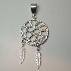 Colgante fabricado en plata 1ª ley 925, calado, diseño inspirado en un atrapa sueños redondeado y acabado en brillo.