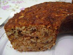 Eu adoro esse bolo por 2 motivos...o melhor bolo de maça que eu já comi e muito prático de fazer. Vc não precisa de batedeira e nem liquidificador kkkkk. Obs.: O único trabalho é ralar as maças kkkkk.  RECEITA: 4 maças verdes médias descascadas e raladas no ralo grosso. 2 xícaras(chá) de açúcar. 1 colher (sobremesa) de canela em pó. 1 colher (sobremesa) de essência de baunilha. 1 colher (sobremesa) de bicarbonato de sódio. 1 pitada de sal. 2 ovos inteiros. 1/2 xícara (chá) de óleo de milho…