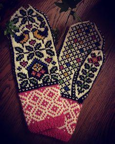 Blir så glad av disse vottene #homemade #hjemmelaget #knit #knittingaddict #knittersofinstagram #knitting #strikkedilla #strikk #votter #vottestrikk #hyttevotter #mittens Knitted Mittens Pattern, Crochet Mittens, Fingerless Mittens, Knitted Gloves, Crochet Yarn, Knitting Patterns, Fair Isle Knitting, Knitting Yarn, Baby Knitting