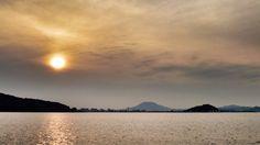 29 Oct. 16:46 くもり空の夕暮れ博多湾です。 ( Cloudy morning  at Hakata bay in Japan )