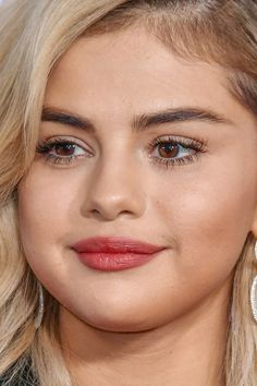 blonde selena gomez at the American Music Awards selena gomez blonde american music awards amas ama's red carpet makeup celeb celebrity celebritycloseup