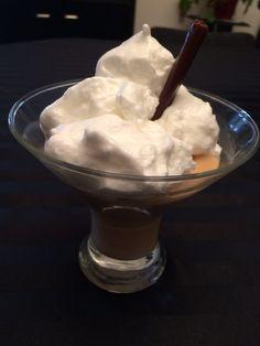 Ingrédients: (d'après une recette de cookidoo) – 12 carambars au caramel déballés placés préalablement 5 minutes au congelateur (+ 6 carambars pour la déco) – 500 grammes de lait – 6 jaunes d'œufs – 6 blancs d'œufs – 30 grammes de sucre en poudre 1. Mettre les carambars dans le bol du Thermomix® et mixer 5 secondes / vitesse …