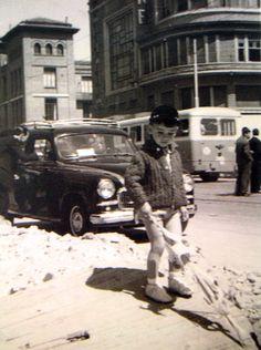 Niño en Bravo Murillo (1960), al fondo el cine Europa y el colegio público Jaime Vera. Foto: Mariano Uceda - Portal Fuenterrebollo