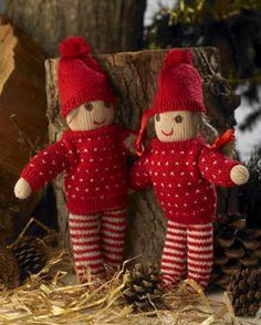 """Nissedrengen og -pigen er strikket helt ens. De er """"født"""" med bukserne på, men sweateren og huen kan tages af og på"""