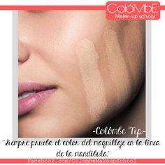 Asegurate de tener el color de base adecuado para tu piel probándola en la línea de la mandíbula.