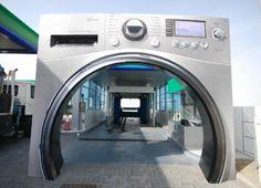 En Dubai, LG acaba de lanzar una máquina de lavado de marca nueva con una capacidad de lavado de gran tamaño. Tan grande que su coche podría entrar en ella.    La marca ha invertido un lavado de autos y convertirlo en una lavadora gigante.