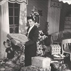 A young Elvis Presley celebrating Christmas at Graceland. Lisa Marie Presley, Elvis Y Priscilla, Jerry Lewis, Judy Garland, Christmas Past, Retro Christmas, Christmas Stars, Celebrating Christmas, Blue Christmas