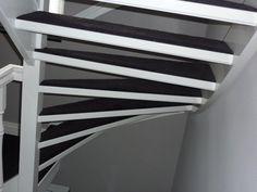 Achterzijde volledig gestoffeerde open trap.