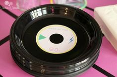 party - record plates - DVD labels attached to black plastic plates 50s Theme Parties, 80s Birthday Parties, 80s Theme, Birthday Party Themes, 40th Birthday, Frozen Birthday, Beatles Party, Festa Yellow Submarine, Motown Party