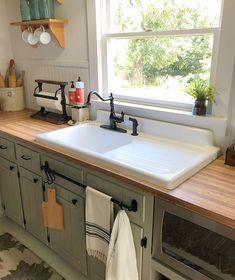 Best Kitchen Sinks, Kitchen Sink Design, Farmhouse Sink Kitchen, Kitchen Sink Faucets, Old Kitchen, Cool Kitchens, Kitchen Decor, 10x10 Kitchen, Kitchen Cabinets