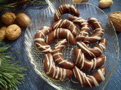 Pomleté piškoty smícháme se všemi přísadami a dáme vychladit.Mezitím si z lineckého těsta vykrájíme rohlíčky (měsíčky), na které po upečení... Czech Desserts, Cookie Desserts, Galletas Cookies, Xmas Cookies, Christmas Sweets, Christmas Baking, Czech Recipes, Wonderful Recipe, Biscuit Recipe