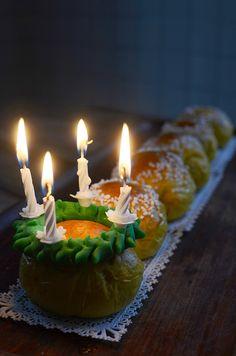 Fick en rolig idé om att göra ett luciatåg av lussebullar. Med grön sockerpasta och tårtljus som luciakrona och sen pärlsocker till tärnorna borde det väl bli bra, tänkte jag. Och tänk, jag hade...