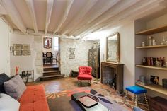 Huge and quirky 2 bedroom flat just next to Place des Vosges in the lovely marais. Perfect pad for 4 guests