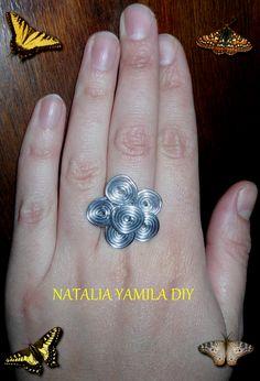 Anillo artesanal en flor de alambre de aluminio . Handmade wire ring