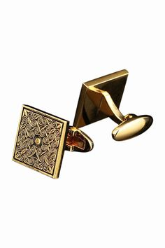 This item is shipped in 48 hours, included the weekends. A stunning and detailed pair of vintage curious pattern cufflinks in golden.An amazing gift for any man who likes a touch of vintage style. Mat
