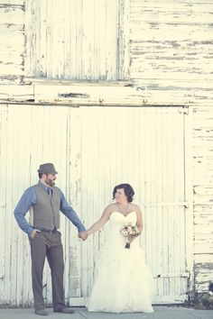 Bride and Groom, rustic wedding - PHOTO SOURCE • RED BLOOM PHOTOGRAPHY