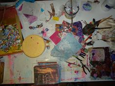 Natte werktafel, materialen om bierdopkralen mee te maken en een stapel boeken als gewicht op een bladzijde in mijn herfstboek.
