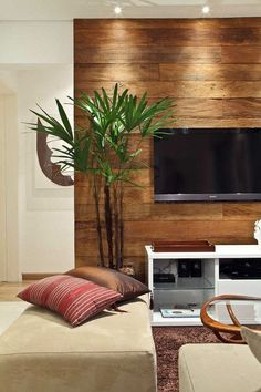 Aqui o painel de madeira foi valorizado com a iluminação. Traz um ambiente moderno e aconchegante.