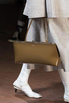 Jil Sander at Milan Fashion Week Fall 2019 Jil Sander at Milan Fashion Week Fall 2019 - Details Runway Photos All Black Fashion, Autumn Fashion, Jil Sander, Oversized Sweater Outfit, Sweater Outfits, Fashion Bags, Womens Fashion, Milan Fashion Weeks, Bag Accessories