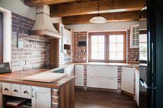 Rustikální kuchyně v chalupářském stylu si vždy najdou svoje zastánce. Do novostavby rodinného domu si jí vybrala také mladá rodina. Teplé barvy a tradiční přírodní materiály doslova sálají rodinnou pohodou.